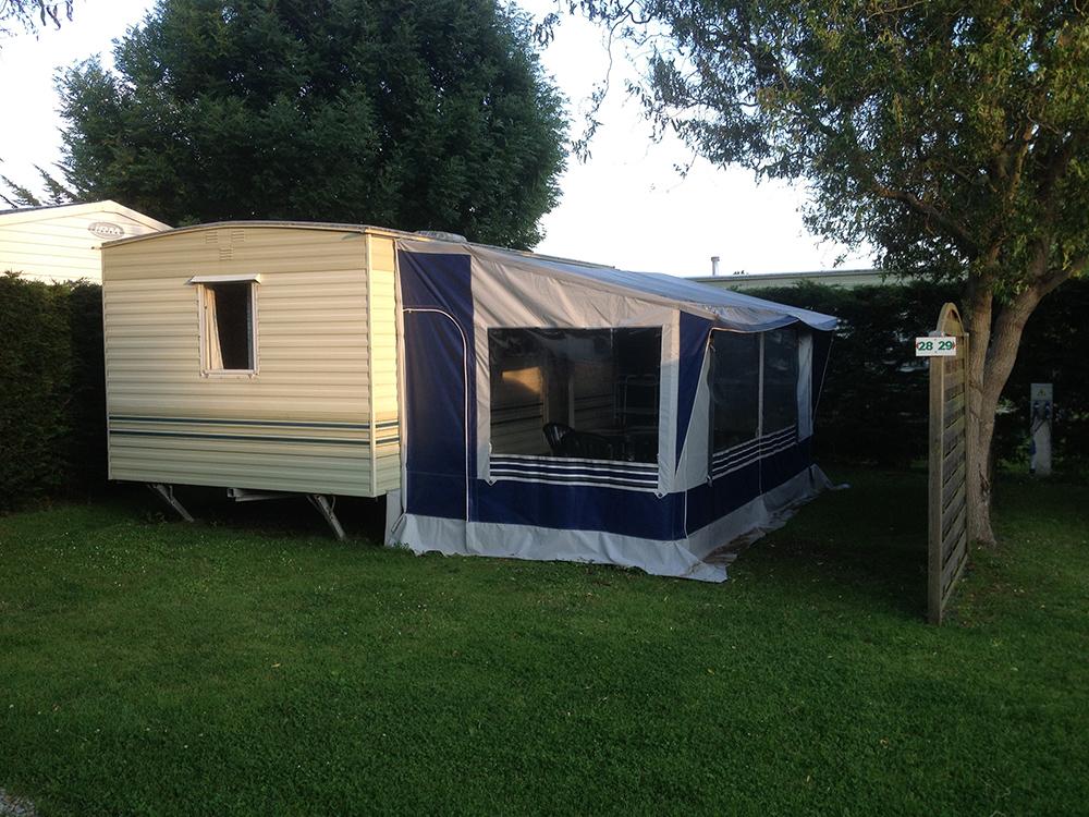 amenagement caravane 4 places a plouche caravane places la rapido amenagement caravane 4. Black Bedroom Furniture Sets. Home Design Ideas